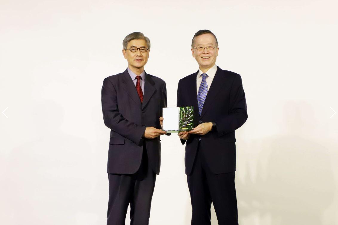CCS理事長簡又新大使致贈獎座予黃天牧主任委員